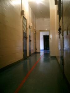 刑務所の通路