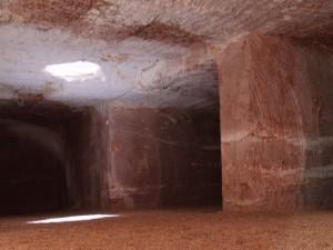地下キャンプのライト