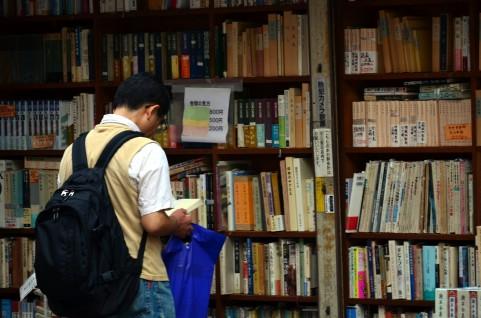古本屋で本を読む